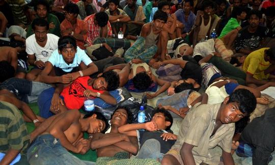 Người di cư từ Bangladesh và Myanmar tập trung ở đảo Langkawi - Malaysia sau khi được cứu hôm 11-5. Ảnh: AP
