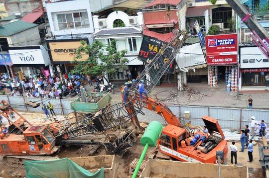 Hiện trường vụ cần cẩu dự án đường sắt trên cao đổ sập ra đường, đè lên nhà người dân vào chiều 12-5