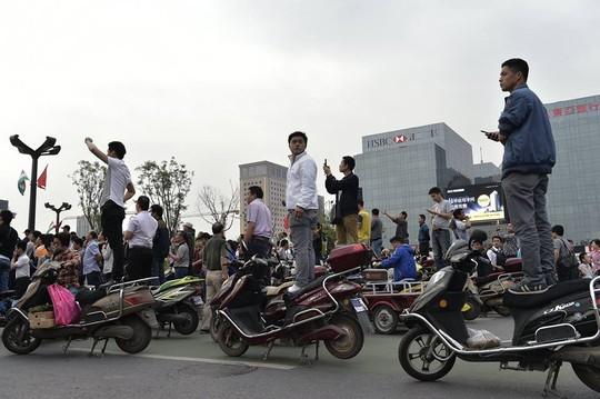 Người dân Tân An đổ ra đường để chào đón nhà lãnh đạo Ấn Độ. Ảnh: CCTV