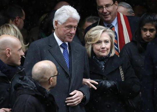 Vơ chồng nhà Clinton. Ảnh: Reuters