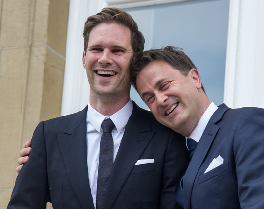 Thủ tướng Xavier Bettel (phải) hạnh phúc trong đám cưới với bạn đời Gauthier Destenay. Ảnh: AP