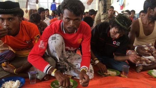 Những người di cư được cứu vào TP Langsa, tỉnh Aceh - Indonesia. Ảnh: BBC