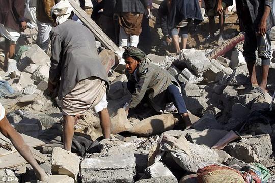 Một ngôi làng ở Yemen tan tành sau cuộc không kích của Ả Rập Saudi. Ảnh: EPA