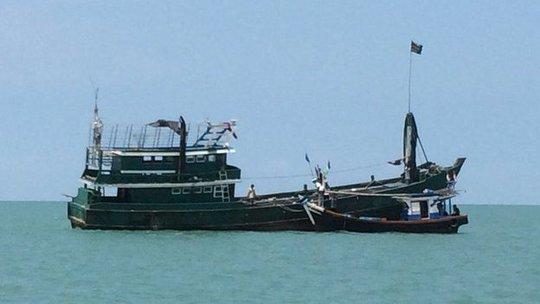 Một thuyền đánh cá nhỏ của ngư dân Indonesia chuyển người di cư vào bờ. Ảnh: BBC