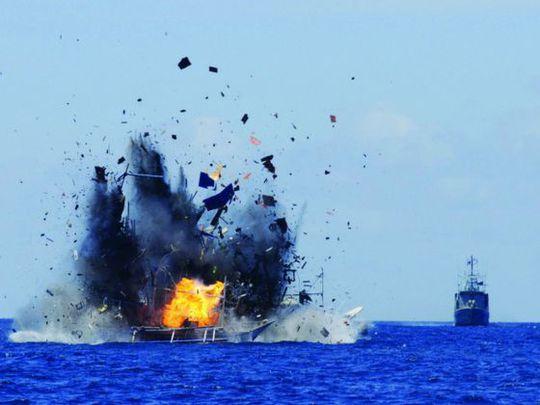 Một tàu nước ngoài bị đánh chìm ngoài khơi tỉnh Bắc Sulawesi hôm 20-5. Ảnh: Reuters