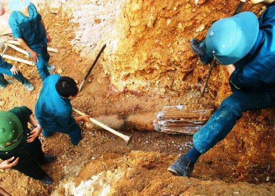 Quả bom đang được lực lượng chức năng đào lên để di dời đưa đi tiêu hủy
