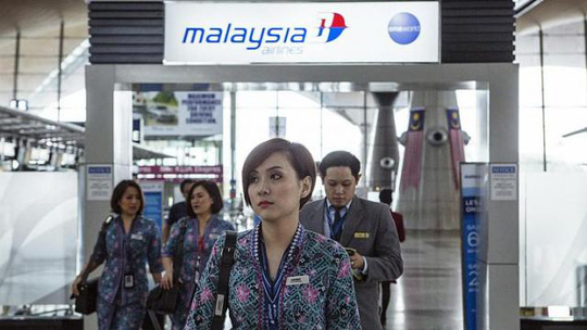 Một phi hành đoàn của MAS đi bộ qua Sân bay Quốc tế Kuala Lumpur tại Sepang - Malaysia. Ảnh: BLOOMBERG
