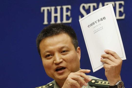 Phát ngôn viên Bộ Quốc phòng Trung Quốc Dương Vũ Quân và Sách trắng Quốc phòng công bố hôm 26-5. Ảnh: ABC