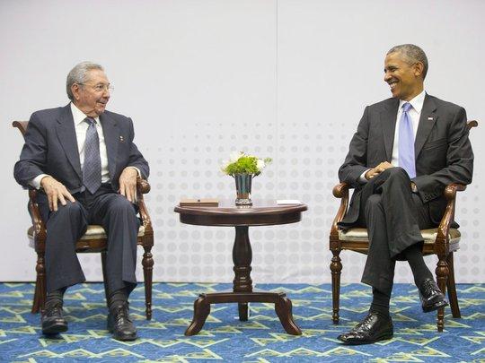 Tổng thống Mỹ Barack Obama (phải) và Chủ tịch Cuba Raul Castro gặp nhau tại Panama hồi tháng 4. Ảnh: AP