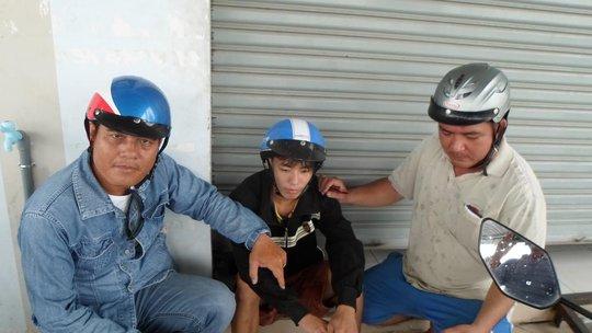 """""""Hiệp sĩ"""" Nguyễn Thanh Hải (bên trái) cùng đồng đội khống chế kẻ trộm 4 ngón (ở giữa)."""