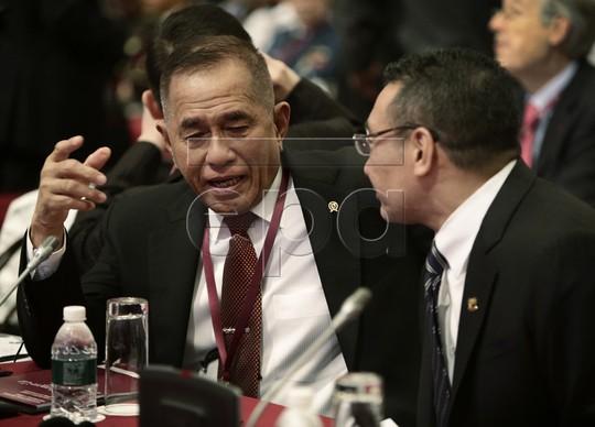 Bộ trưởng Quốc phòng Indonesia Ryamizard Ryacudu (trái) nói chuyện với Bộ trưởng Quốc phòng Malaysia Hishammuddin Hussein tại Đối thoại Shangri-la 2015, hôm 30-5. Ảnh: EPA