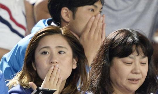 Người dân Nhật Bản hốt hoảng vì trận động đất hôm 30-5 khi họ đang xem bóng đá ở SVĐ TP Hiratsuka, Tây Nam Tokyo. Ảnh: AP