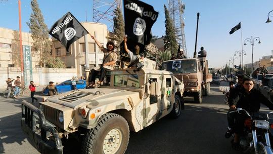 IS thu 2.300 xe Humvee của Mỹ bị quân đội Iraq bỏ lại ở TP Mosul. Ảnh: Reuters
