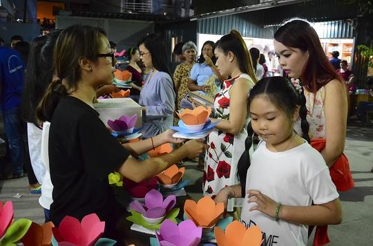 Từ khoảng 18 giờ, hàng ngàn người tập trung về chùa Diệu Pháp để tham gia lễ thả hoa đăng. Ảnh: Thăng Bình.