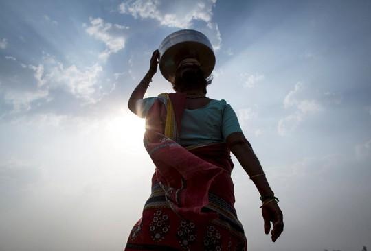 Vợ ba của ông Bhagat đi lấy nước. Ảnh: Reuters