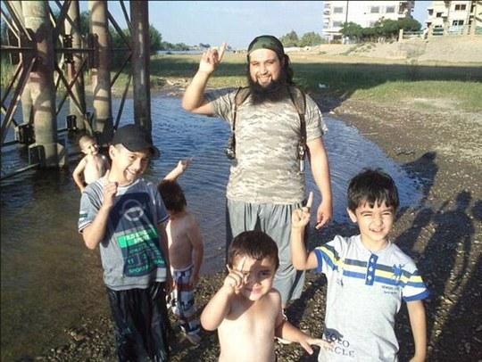 Hicham Chaib chụp ảnh cùng một đám trẻ ở Syira. Ảnh: Daily Mail
