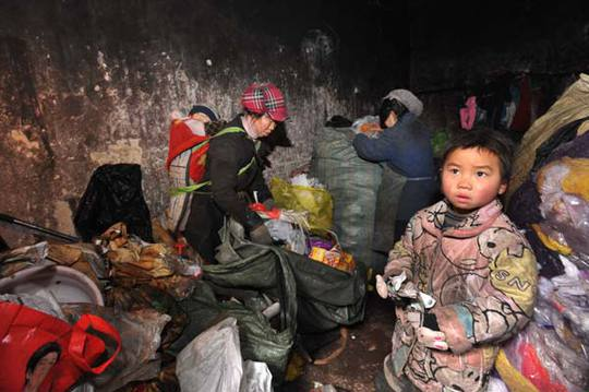 Trẻ em nông thôn Trung Quốc đối mặt với nhiều vấn đề như không được chăm sóc đầy đủ, lạm dụng tình cảm, thể chất và tình dục... Ảnh: Dongguan Today