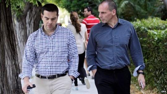 Thủ tướng Hy Lạp Alexis Tsipras (trái) đang vất vả giải bài toán nợ công của đất nước. Ảnh: EPA