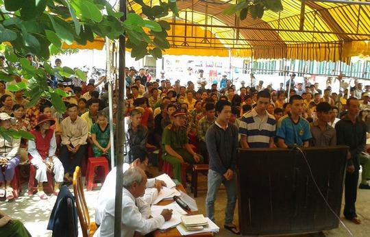 Rất đông người dân địa phương kéo đến theo dõi phiên tòa lưu động