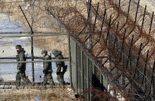 Binh sĩ Hàn Quốc tuần tra dọc Khu vực phi quân sự (DMZ). Ảnh: AP