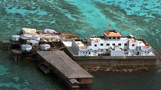 Trung Quốc cải tạo đá Vành Khăn trong quần đảo Trường Sa của Việt Nam. Ảnh: AP