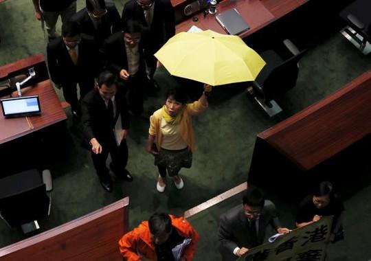 Một nghị sĩ ủng hộ dân chủ cầm ô vàng phản đối cải cách bầu cử. Ảnh: Reuters