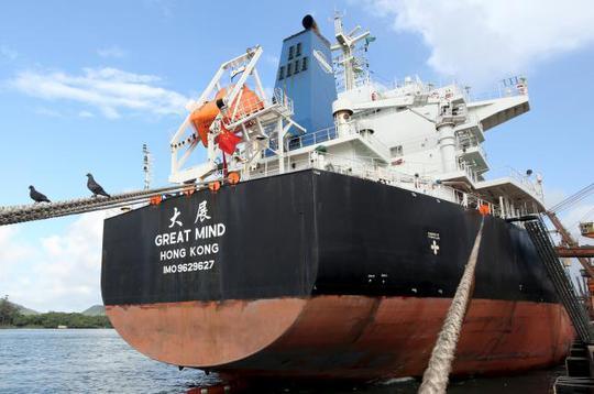 Một tàu Trung Quốc đậu ở cảng Santos - Brazil. Ảnh: Reuters