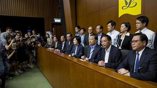 Các nhà lập pháp thân Bắc Kinh trả lời họp báo sau thất bại hôm 18-6. Ảnh: Reuters
