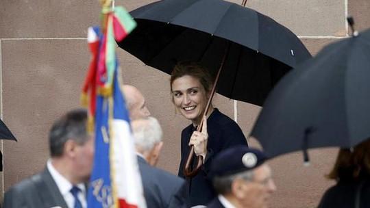 Nữ diễn viên Julie Gayet xuất hiện tại một buổi lễ tưởng niệm tướng Charles de Gaulle hôm 18-6. Ảnh: Reuters