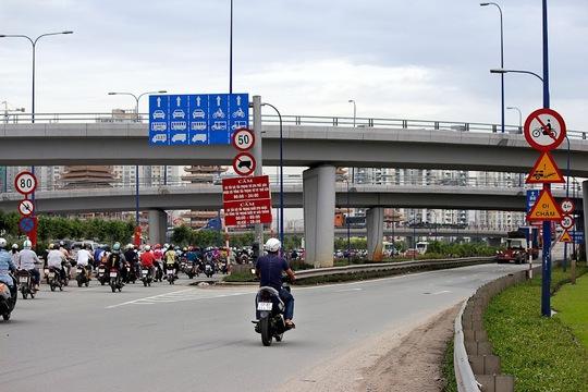 Nhiều người dân đi xe máy lên cầu vượt Cát Lái về Mai Chí Thọ dù tuyến đường này chỉ dành cho phương tiện 4 bánh