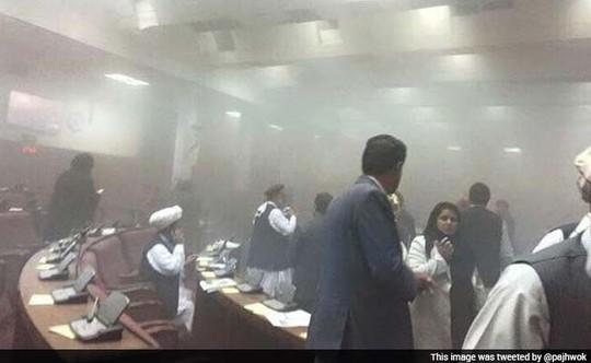 Cảnh hỗn loạn trong quốc hội Afghanistan sau khi bị đánh bom hôm 22-6. Ảnh: Twitter