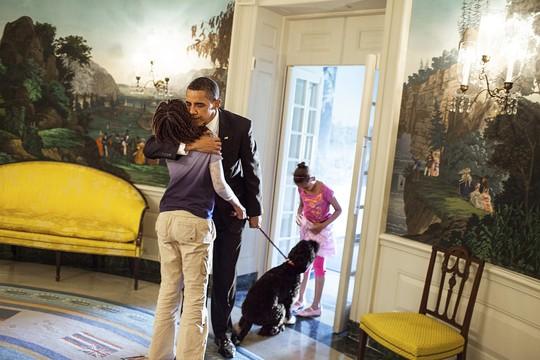 Nhà lãnh đạo Mỹ luôn dành thời gian cho người vợ Michelle cùng 2 cô con gái Sasha (14 tuổi) và Malia (16 tuổi) của mình. Ảnh: More, AP