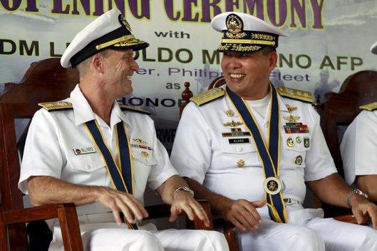 Chuẩn Đô đốc Hải quân Philippines Leopoldo Alano (phải) trong lể khai mạc tập trận CARAT 2015 ở TP Puerto Princesa, tỉnh Palawan. Ảnh: Reuters
