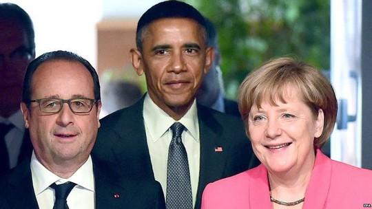 Tổng thống Mỹ Barack Obama (giữa), Tổng thống Pháp Francois Hollande (trái) và Thủ tướng Đức Angela Merkel chụp hình tại Hội nghị G7. Ảnh: EPA
