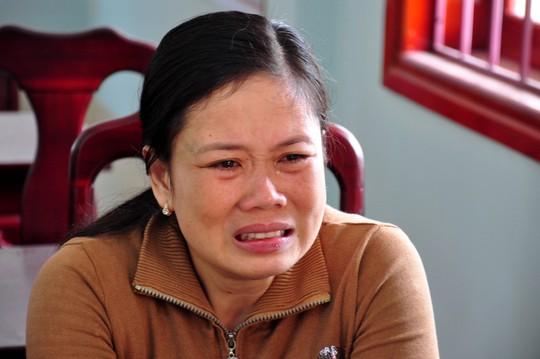 Bà Nguyễn Thị Dung, vợ thuyền trưởng Đỗ Mai Tấn khóc ngấc khi biết tin tàu của chồng gặp nạn ở Trường Sa. Ảnh: Tử Trực