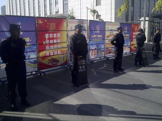 Cảnh sát chống bạo động đứng gác ở một một trạm kiểm soát tại Tân Cương. Ảnh: Reuters