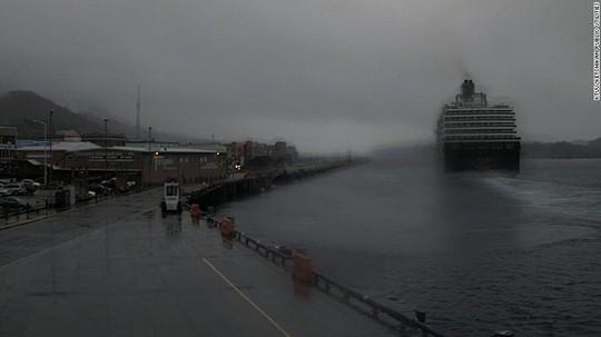 Tàu thủy MS Westerdam của Công ty Holland America Line rời cảng ở thị trấn Ketchikan, Alaska vài giờ sau vụ rơi máy bay. Ảnh: CNN
