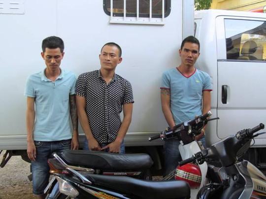 Nhóm đối tượng bị bắt giữ để điều tra vì liên quan đến việc ném sơn bôi bẩn xe khách tại Quảng Bình. Ảnh: Hoàng Phúc