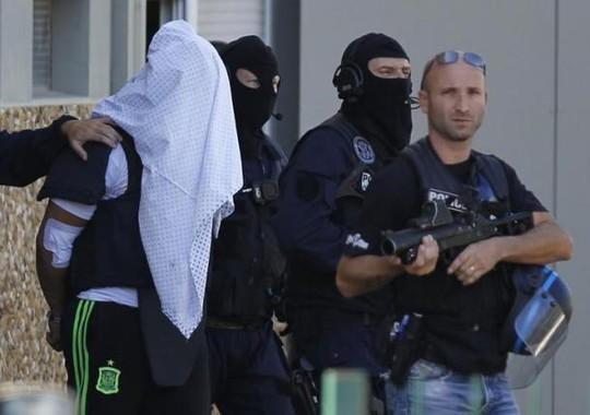 Nghi phạm cố gắng tấn công nhà máy hóa chất ở khu vực Saint Quentin-Fallavier bị cảnh sát bắt. Ảnh: Reuters