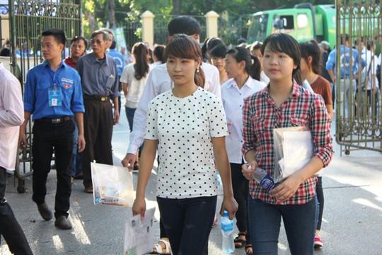 Ngay từ sáng sớm đã có hàng ngàn phụ huynh và học sinh có mặt tại trường ĐH Kinh tế Quốc Dân để dự thi môn Toán, môm thi đầu tiên của kỳ thi tốt nghiệp THPT quốc gia