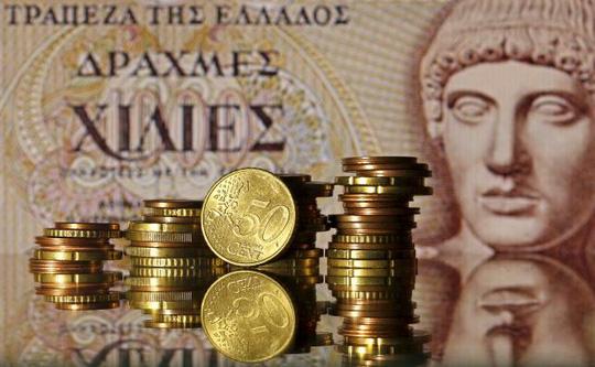 Đồng tiền euro và tờ 1.000 drachma cũ của Hy Lạp. Ảnh: Reuters