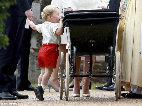 """""""Hoàng tử bé"""" bám lấy chiếc xe đẩy và kiễng gót nhìn em gái. Ảnh: Reuters"""