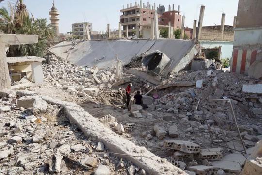 Một khu dân cư ở thị trấn Tafas - Syria bị máy bay chế độ TT Bashar Al-Assad tàn phá. Ảnh: Reuters
