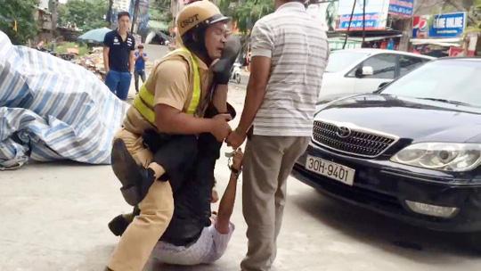 Người đàn ông trong clip đạp vào mặt chiến sỹ cảnh sát giao thông - Ảnh cắt ra từ clip, nguồn: Facebook