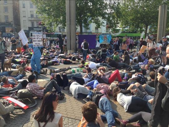 Hàng trăm người giả chết bên ngoài Cung điện Westminster. Ảnh: Twitter