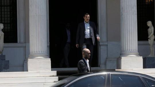 Thủ tướng Alexis Tsipras (phía sau) đã dành trọn 1 ngày để thống nhất ý kiến với các thành viên nội các trong chính phủ. Ảnh: EPA