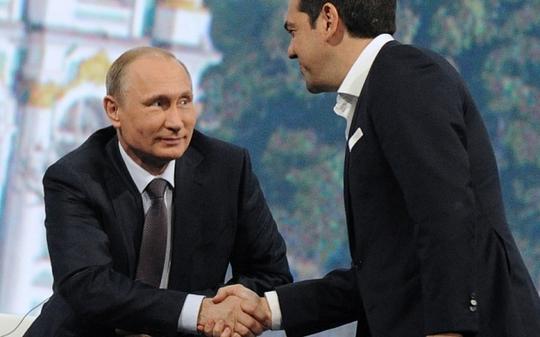Thủ tướng Hy Lạp Alexis Tsipras (phải) trong chuyến thăm Tổng thống Nga Vladimir Putin tại Điện Kremlin. Ảnh: Telegraph