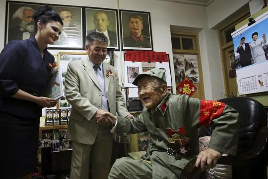 Cựu binh Trung Quốc Lu Baoping (97 tuổi), nhận được huy chương nhờ góp công trong cuộc chiến chống lại phát xít Nhật hồi Thế chiến II. Ảnh: Reuters