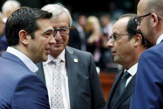 Từ trái qua: Thủ tướng Hy Lạp Alexis Tsipras, Chủ tịch Ủy ban châu Âu Jean-Claude Juncker, Tổng thống Pháp Francois Hollande và Thủ tướng Bỉ Charles Michel tham dự hội nghị thượng đỉnh các lãnh đạo khu vực đồng euro tại Brussels - Bỉ hôm 12-7. Ảnh: Reuters