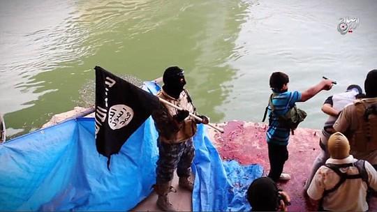 Cậu bé dùng súng bắn chết 2 tù binh Iraq. Ảnh: Daily Mail